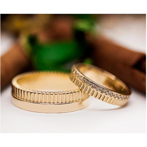 Авторские двухцветные золотые свадебные кольца с мелкими камнями