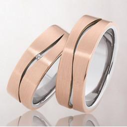 Двухцветные свадебные кольца с маленьким бриллиантом 1977850