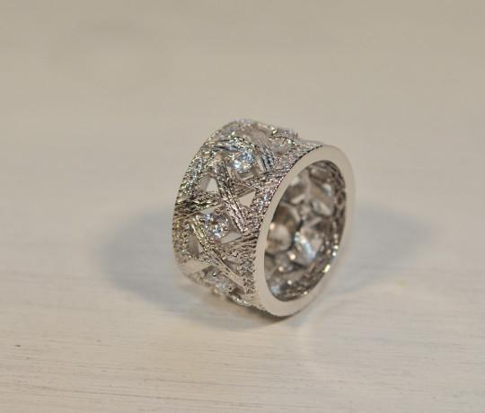 Женское кольцо из белого золота в стиле Dior