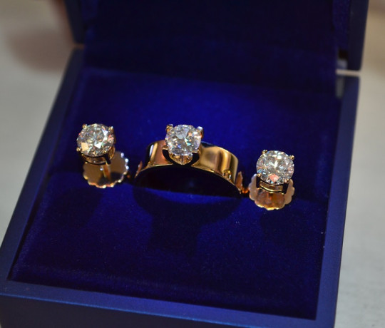 Золотой женский гарнитур с бриллиантами общим весом 2.9 ct.