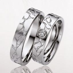 Свадебные кольца из белого золота с одним камнем в женском кольце