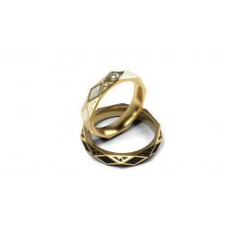 Золотые свадебные кольца с камнем и ювелирной эмалью