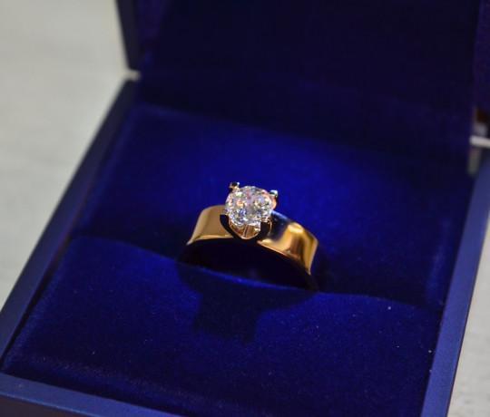 Женское кольцо с бриллиантом фантазийной огранки 0.88 ct.