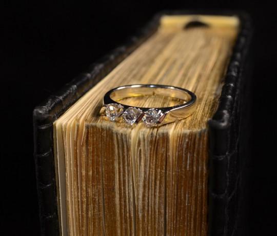 Женское кольцо из белого золота с бриллиантами