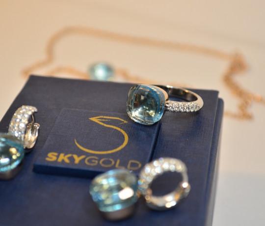 Женский золотой гарнитур с бриллиантами и топазами