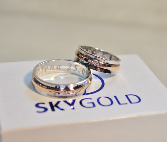 Обручальные кольца из белого золота с красной полосой