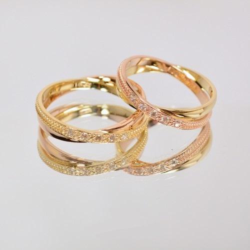 Золотые обручальные кольца с белыми и черными камнями 00182