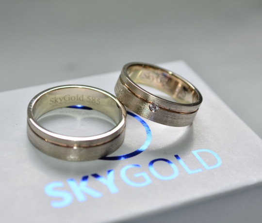 Обручальные кольца из двух цветов золота с бриллиантами