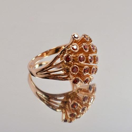 Необычное золотое кольцо с красными круглыми фианитами 2579