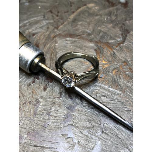 Дизайнерское золотое помолвочное кольцо