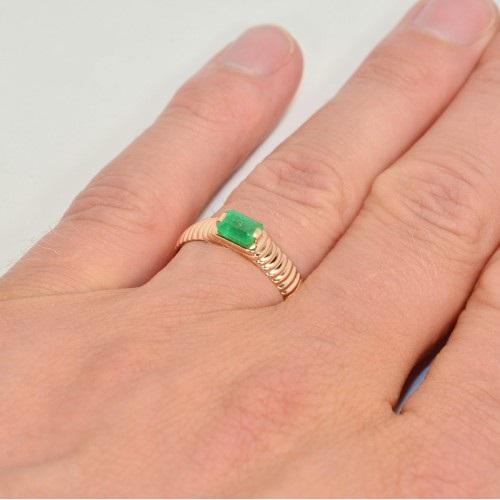Золотое кольцо с зеленым прямоугольным камнем 3136