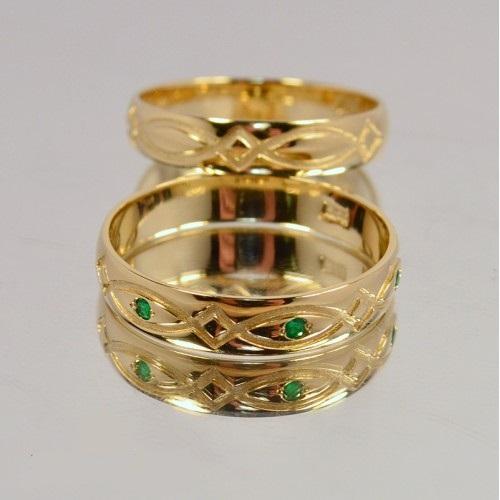 Золотые обручальные кольца с узорами и зелеными камнями 20002