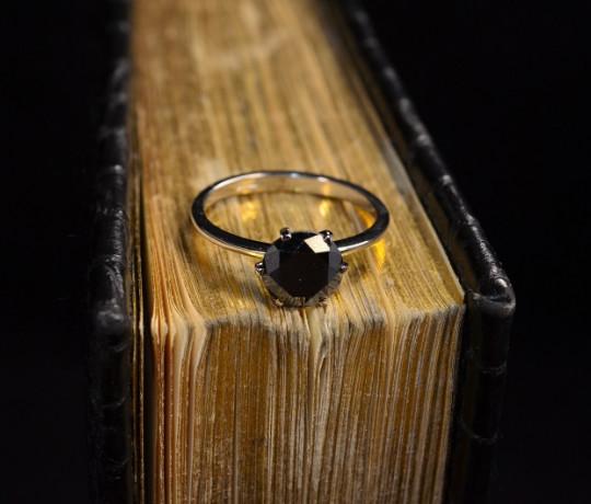 Женское классическое кольцо с чёрным бриллиантом