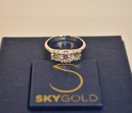 Золотое женское кольцо с бриллиантами общим весом 1.2 ct.