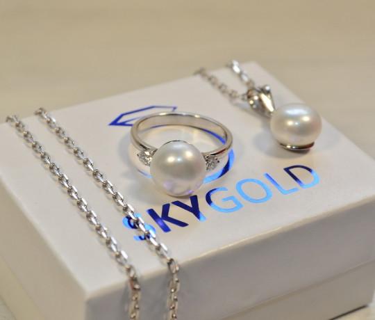 Женский гарнитур из белого золота с жемчугом и бриллиантами