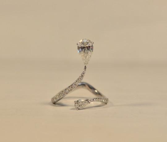 Золотое женское кольцо с бриллиантами бренда Messika
