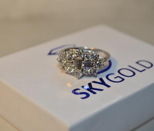 Эксклюзивное кольцо с россыпью бриллиантов