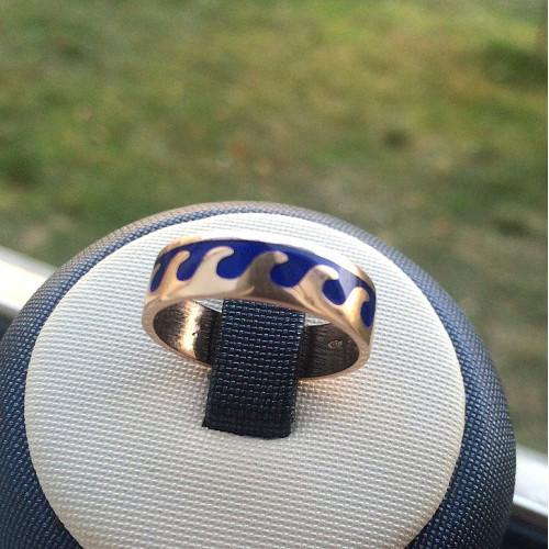 Золотое кольцо волна с синей эмалью 2467