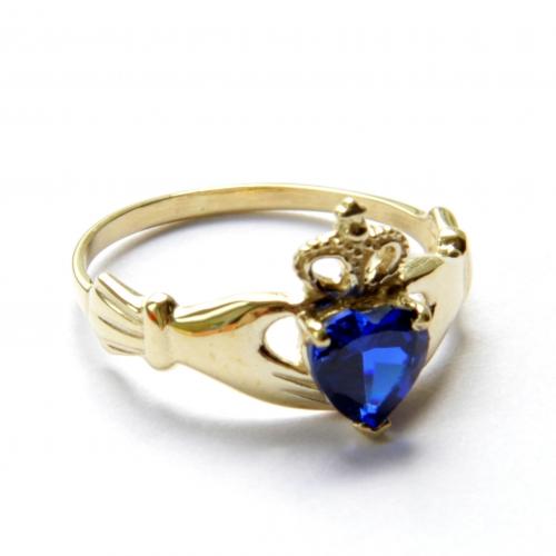 Женское золотое кладдахское кольцо с камнем в форме сердца 430098