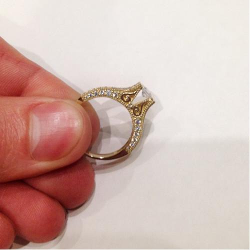 Авторское золотое кольцо с квадратным центральным камнем 1900248