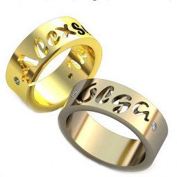 Золотые эксклюзивные обручалки с вырезанными именами на поверхности колец 128